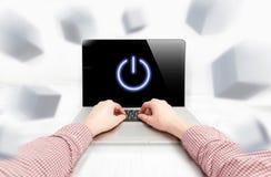 Las manos de los hombres que trabajan en la demostración del ordenador portátil giran el botón en la pantalla Foto de archivo