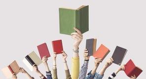 Las manos de los libros del control de la gente Imágenes de archivo libres de regalías