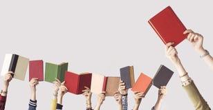 Las manos de los libros del control de la gente Imagen de archivo libre de regalías