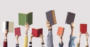 Las manos de los libros del control de la gente Fotografía de archivo