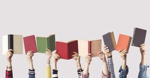 Las manos de los libros del control de la gente Foto de archivo