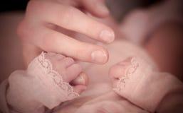 Las manos de los motherque asen imagen de archivo libre de regalías