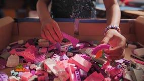 Las manos de los niños clasificaron al diseñador de las piezas Juegos educativos para la educación de los niños