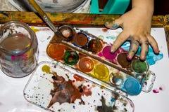 Las manos de los niños en pintura Fotos de archivo
