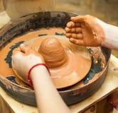 Las manos de los niños que aprenden la cerámica Foto de archivo libre de regalías