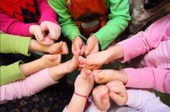 Las manos de los niños muestran la muestra aceptable, visión superior Foto de archivo
