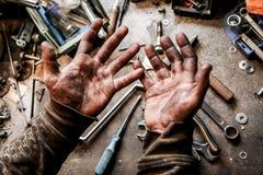 Las manos de los workersucios sobre las herramientas Imagenes de archivo
