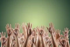 Las manos de mucha gente para arriba aisladas en el fondo blanco Diverso Han Foto de archivo