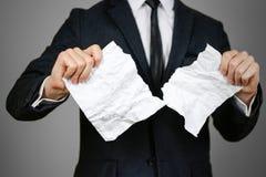 Las manos de rasgado del hombre de negocios arrugaron la hoja del papel A4 O Fotos de archivo