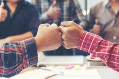 Las manos de trabajo del hombre de negocios y del ingeniero de hombres de negocios se unen a la mano juntas imagen de archivo