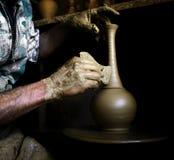 Las manos del alfarero Fotos de archivo libres de regalías