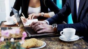 Las manos de un hombre de negocios While He están mecanografiando en un ordenador portátil Fotografía de archivo libre de regalías