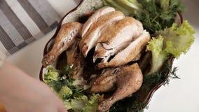 Las manos de un pollo frito cocinado corte de la chica joven Comida, verdes almacen de video