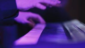 Las manos de un primer del músico de la melodía en el sintetizador almacen de metraje de vídeo