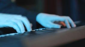 Las manos de un primer del músico de la melodía en el sintetizador metrajes