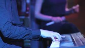 Las manos de un primer del músico de la melodía en el sintetizador almacen de video