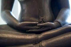 Las manos de una estatua de Buda en la meditación Fotografía de archivo