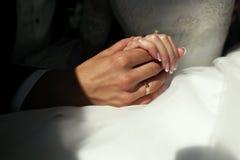 Las manos de una novia imagen de archivo