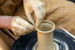 Las manos del alfarero Fotos de archivo