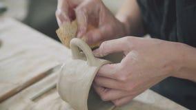 Las manos del alfarero: un stein del espacio en blanco de la copia del ceramista de la mujer usando esponja almacen de video