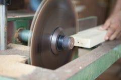 Las manos del carpintero o del artesano cortaron un pedazo de madera a Machi Imagen de archivo libre de regalías