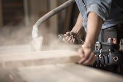 Las manos del carpintero que trabajan con madera Imágenes de archivo libres de regalías