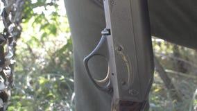 Las manos del cazador cargan un arma de dos cañones almacen de video
