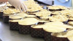Las manos del chef de repostería pusieron las almendras en la pasta para las palomas de la torta de Pascua metrajes
