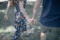Las manos del control del hombre y de la mujer se cierran para arriba imagen de archivo