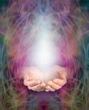 Las manos del curador y manifestación ahuecadas de la energía Imagen de archivo libre de regalías