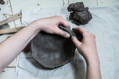 Las manos del escultor Foto de archivo libre de regalías