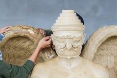 Las manos del escultor funcionan con la estatua de la cera Foto de archivo
