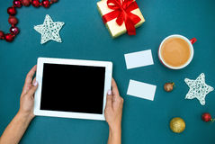 Las manos del famale con las decoraciones de la Navidad Fotos de archivo libres de regalías