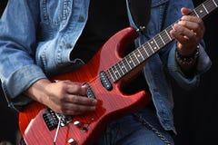 Las manos del guitarrista Fotos de archivo libres de regalías