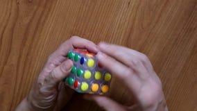 Las manos del hombre aceleraron intentar solucionar el cubo de Rubik con las caras redondas almacen de video