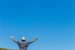 Las manos del hombre aumentaron el azul Imagen de archivo libre de regalías