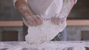 Las manos del hombre de la pasta almacen de video