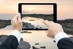 Las manos del hombre de negocios hacen tabletas tomar canyo de la roca de Sam Phan Bok de las imágenes imagen de archivo libre de regalías