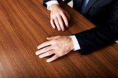 Las manos del hombre de negocios puestas en el escritorio Imagen de archivo