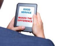 Las manos del hombre de negocios que sostienen la tableta con buen servicio hacen el Dif Foto de archivo libre de regalías