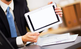 Las manos del hombre de negocios se están sosteniendo Fotografía de archivo libre de regalías