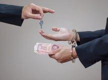 Las manos del hombre en esposas y dinero en sus palmas Imágenes de archivo libres de regalías