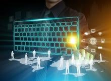 Las manos del hombre que mecanografían en el teclado digital Fotografía de archivo