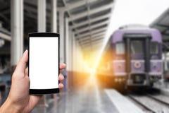 Las manos del hombre que sostienen el teléfono elegante con la pantalla en blanco del espacio de la copia Fotos de archivo libres de regalías