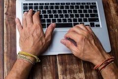 Las manos del hombre que trabajan para el ordenador el plan empresarial Imagen de archivo