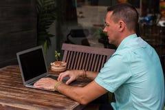 Las manos del hombre que trabajan para el ordenador el plan empresarial Fotografía de archivo libre de regalías