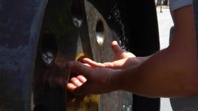 Las manos del hombre tocan una campana del gongo en templo budista almacen de metraje de vídeo