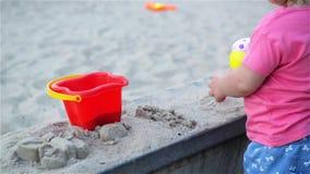 Las manos del niño que juegan con la arena cinética al aire libre Niño que hace formas Concepto de la forma de vida y del verano almacen de video