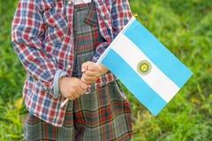 Las manos del ni?o peque?o sostienen la bandera fotografía de archivo libre de regalías