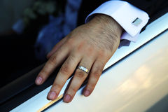Las manos del novio se cierran para arriba Foto de archivo